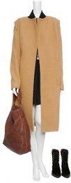 ALEXANDER WANG Camelfarbener Mantel im Oversized-Stil mit strukturierter Oberfläche, rundem Halsausschnitt, langen Ärmeln, verdeckten seitlichen Reißverschlüssen, Paspel-Eingriffstaschen, Gehschlitz hinten sowie komplettem Innenfutter. Der Mantel wird offen getragen. Gesehen online bei mytheresa.com, ca. € 1050,-