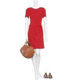 Issa: Tomatenrotes drapiertes Kleid aus Seidenjersey mit tiefem V-Ausschnitt, kurzen Ärmeln sowie seitlichem Nahtreißverschluss. Gesehen online bei mytheresa.com, ca. € 570,-