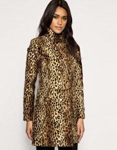Mantel aus Kunstpelz mit Leopardenmuster von Oasis. Mit verdeckter, durchgehender Knopfleiste und hohem Kragen.