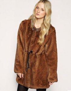 Mantel aus Kunstpelz von Whistles. Kragenloser Stil mit Hakenverschluss und Schnürung mit Lederband an der Taille. Gesehen bei Asos.de, jetzt ca. € 324,-