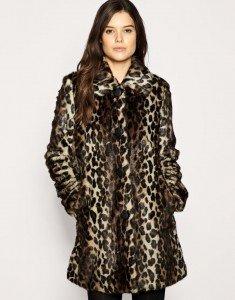 Webpelz-Jacke von Warehouse. In Leopardenfelloptik mit durchgehendem Knopfverschluss, breitem Kragen, weiten Seitentaschen und langen Ärmeln.