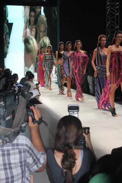 lange Kleider in Streifenoptik von Atil Kutoglu
