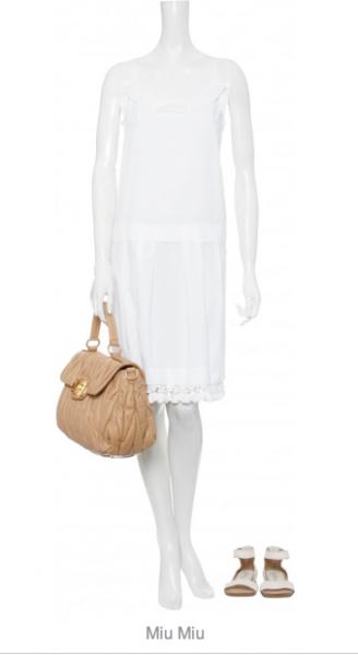 Miu Miu: Weißes leicht transparentes Kleid mit rundem Ausschnitt mit Volantdetail, Spaghettiträgern, breiter Biese und Falten auf Hüfthöhe, Kordel mit Troddelbesatz am doppelten Saum sowie Schlitz mit Bändel hinten, ca. € 650,- gesehen online bei mytheresa.com