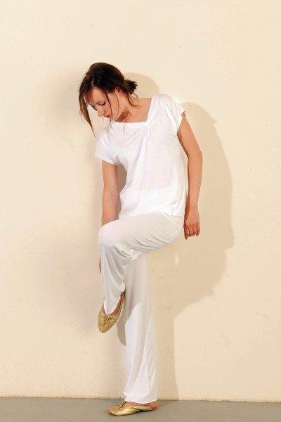 Loungewear: weißes Top, raffiniert geschnitten, ca. € 90,-