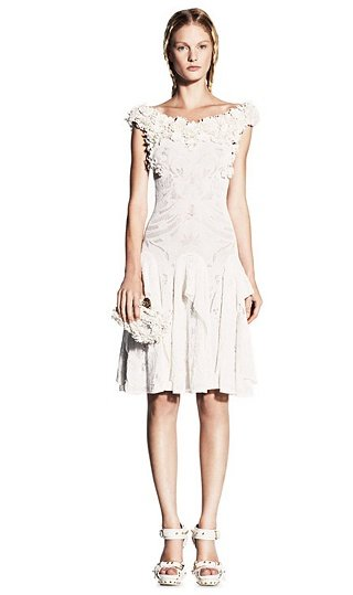Weißes Kleid v. Alexander McQueen, ca. £1,895.00 boat neck lace knit dress with fin detail skirt: lined with flesh silk georgette: 100% viscose