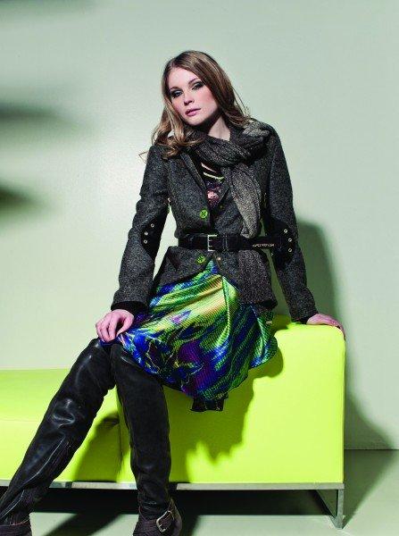 Herbstmode 2011: kräftige Farben gepaart mit dezenten Herbsttönen - dazu trägt man hohe Stiefel