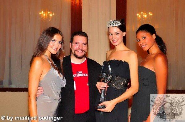 Von links nach rechts:  Julia Ganster (ÖNTM 2008), Modelmanager Dominik Wachta, Aleksandra Zdero (ÖNTM 2011) und Astou Maraszto (ÖNTM 2010)