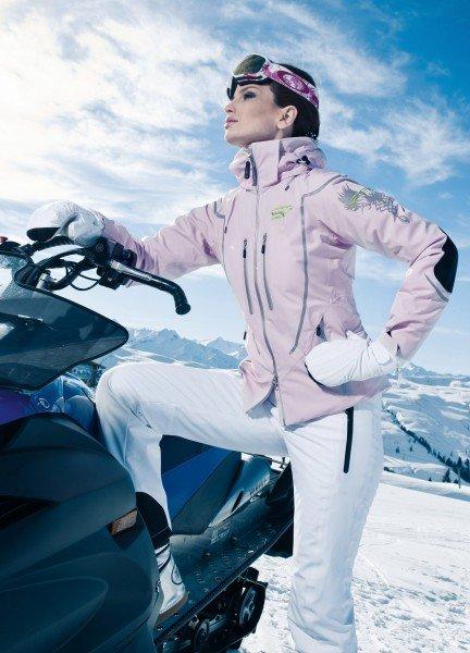 Rosa Skianorak mit weißer Skihose