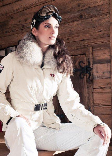 Weiße Skijacke mit Pelzkragen